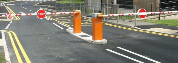 Obr. 2 Príklad riešenia vjazdu do spoplatnenej zóny závorami, Zdroj: http://www.electric-gates.com/commercial-gates/car-park-barriers/
