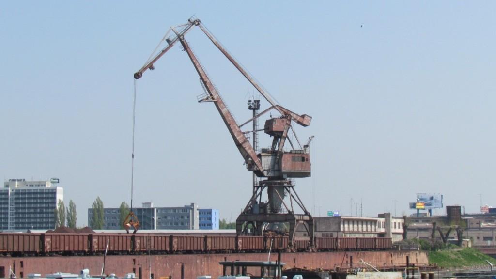 Obr. 1 Portálový žeriav v starej časti prístavu Bratislava [autori]