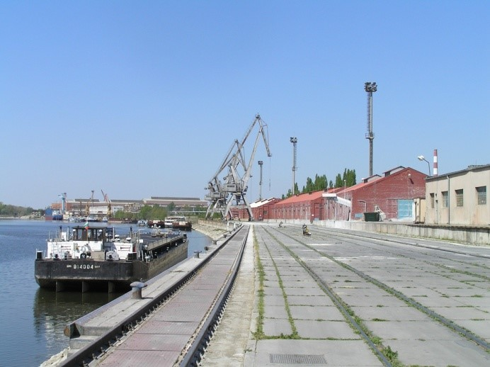 Obr. 5  Nábrežie v západnej časti prístavu Komárno [autor]